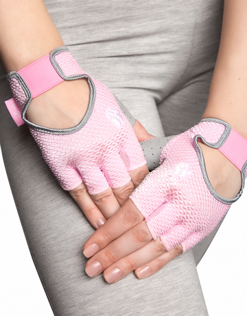 Фитнес тренажер Womens Training GlovesФитнес инвентарь<br>Перчатки для фитнеса сделаны из 100% полиэстера с функцией выведения пота наружу и быстрого высыхания MAD DRY. Область ладони покрыта синтетической кожей для лучшего сцепления с тренировочным оборудованием. В области ладони 4 миллиметровая прослойка для комфорта. Сетчатая структура ткани не препятствует вентиляции руки.<br><br>Размер INT: S<br>Цвет: Розовый
