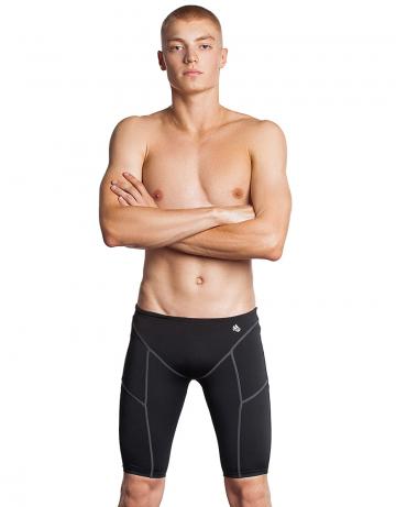 Мужские плавки джаммеры для плавания Jammer PBTДжаммеры<br>Тренировочные плавки-джаммеры идеально подойдут тем, кто плавает серьёзно и регулярно. Модель изготовлена из ткани серии Training. Изделия из этой ткани долговечны, быстро сохнут, долго держат форму, имеют очень прочную окраску. Ткань серии Training - мягкая, эластичная и приятная на ощупь, а также она в 20 раз более устойчива к воздействию хлорированной и соленой воды, чем ткань с лайкрой. Высота бокового шва - 45 см. Внутри пояса предусмотрен шнурок для надежной фиксации. Jammer PBT - прекрасный выбор для частых и долгих тренировок.   <br>ОСОБЕННОСТИ:<br><br>Дополнительная компрессия - создают дополнительную компрессию мышц бедра, повышая эффективность тренировки;<br>Улучшенное скольжение - способствуют уменьшению сопротивления воды, увеличивая скорость;<br> Ткань TRAINING - максимально долговечная, идеально держит форму, на 100% устойчива к хлору и соленой воде, быстро сохнет;<br>Низкая посадка - обеспечивает комфорт и максимальную свободу движений.<br><br>Размер INT: XL<br>Цвет: Черный