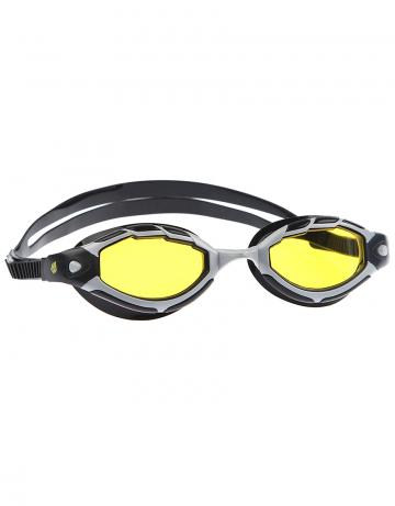 Тренировочные очки для плавания SharkТренировочные очки<br>Очки SHARK от Mad Wave послужат прекрасным дополнением к частым тренировкам в бассейне. Удобная посадка, обеспеченная системой автоматической регулировки ремешка и высоким обтюратором, а также специальная конструкция линз с широким боковым обзором позволят использовать очки длительное время, не испытывая даже малейшего неудобства. Система Антифог Ультра навсегда устранит проблему запотевающих линз, а технология UV 400 защитит глаза от ультрафиолетового излучения.<br><br>Цвет: Желтый