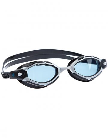 Тренировочные очки для плавания SharkТренировочные очки<br>Очки SHARK от Mad Wave послужат прекрасным дополнением к частым тренировкам в бассейне. Удобная посадка, обеспеченная системой автоматической регулировки ремешка и высоким обтюратором, а также специальная конструкция линз с широким боковым обзором позволят использовать очки длительное время, не испытывая даже малейшего неудобства. Система Антифог Ультра навсегда устранит проблему запотевающих линз, а технология UV 400 защитит глаза от ультрафиолетового излучения.<br><br>Цвет: Синий