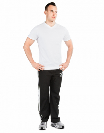 Мужские спортивные брюки STP WIND BREAKERМужские спортивные брюки<br>Спортивные брюки с заниженной талией. Подкладка - сетка. В поясе эластичная тесьма и шнурки. Спереди карманы. Внизу брюк молнии. Модель декорирована лампасами и апликацией. Идеально для тренировкок в зале и на улице .<br><br>Размер INT: XL<br>Цвет: Черный