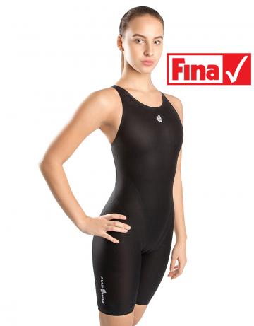 Женский гидрокостюм для плавания LIQUID WOMENЖенские гидрокостюмы<br>Линейка стартовых костюмов Mad Wave Liquid разработана на базе ультратонкой ткани с использованием обработки с помощью плазмы на наноуровне, повышающей чувство воды и водоотталкивающие свойства костюма. Модель обладает клееной структурой швов для лучшего скольжения и сбалансированными компрессионными характеристиками. Модель имеет открытый тип спины, что обеспечивает максимальную надежность и комфорт на стартах.<br><br>ОСОБЕННОСТИ:<br><br><br> Умеренный уровень компрессии - идеально для преодоления стайерских дистанций;<br> Технология многослойного тефлонового покрытия ткани - повышает водоотталкивающие свойства костюма;<br> Ультралегкий материал - вес ткани составляет всего 100г/м2;<br> Клееная структура швов - обеспечивает наилучшее скольжение в воде;<br>Надколенные силиконовые уплотнители - обеспечивают идеальную посадку гидрокостюма;<br>Открытый тип спины - обеспечивает максимальную свободу движений;<br> FINA approved - гидрокостюм сертифицирован федерацией FINA для участия в международных соревнованиях.<br><br>Размер: 152-3XS<br>Цвет: Черный