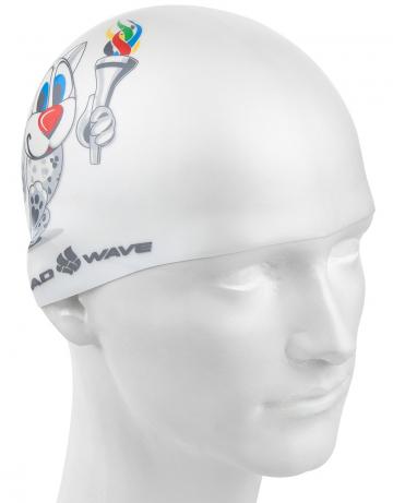 Силиконовая шапочка для плавания UNIVERSIADAСиликоновые шапочки<br>Силиконовая шапочка Mad Wave UNIVERSIADA - детская шапочка с символикой всемирной летней универсиады. Выполненная из высококачественного мягкого силикона шапочка очень эластична, не повреждает волосы и не тянет их при снятии или надевании. Изделие обеспечивает полноценную защиту от влаги и хлора. Отлично подходит для тренировок в бассейне. Размер шапочки рассчитан на подростков до 10-11 лет.<br><br>Цвет: Белый