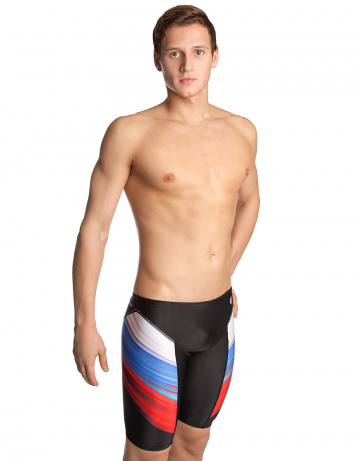 Мужские плавки джаммеры для плавания Russia PBTДжаммеры<br>Тренировочные плавки-джаммеры с ярким принтом в цветах российского флага идеально подойдут тем, кто плавает серьёзно и регулярно. Модель изготовлена из долговечной ткани серии Training, которая быстро сохнет, долго держит форму и имеет очень прочную окраску. Ткань серии Training - мягкая, эластичная и приятная на ощупь, а также она в 20 раз более устойчива к воздействию хлорированной и соленой воды, чем ткань с лайкрой. Высота бокового шва - 45 см. Внутри пояса предусмотрен шнурок для надежной фиксации. Russia PBT - прекрасный выбор для частых и долгих тренировок.   <br>ОСОБЕННОСТИ:<br><br>Дополнительная компрессия - создают дополнительную компрессию мышц бедра, повышая эффективность тренировки;<br>Улучшенное скольжение - способствуют уменьшению сопротивления воды, увеличивая скорость;<br> Ткань TRAINING - максимально долговечная, идеально держит форму, на 100% устойчива к хлору и соленой воде, быстро сохнет;<br>Низкая посадка - обеспечивает комфорт и максимальную свободу движений.<br><br>Размер INT: L<br>Цвет: Черный