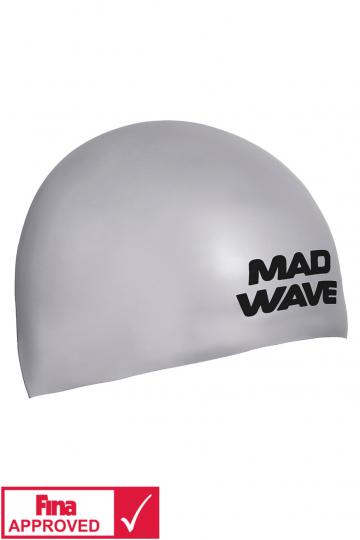 Силиконовая шапочка для плавания SOFTСиликоновые шапочки<br>Силиконовая шапочка Mad Wave SOFT -  3D шапочка с повышенной эластичностью. Очень комфортная, имеет гладкую, приятную на ощупь поверхность. Плотно облегает голову, не оказывая излишнего давления, не пропускает воду, легко надевается и снимается, имеет специальную 3D форму, гарантирующую идеальную посадку без образования складок. Надежно защищает волосы от промокания и воздействия хлора. Отлично подходит для тренировок и соревнований. Данная модель имеет 3 размера. Сертифицирована международной федерацией плавания.<br><br>Размер INT: L<br>Цвет: Серебро