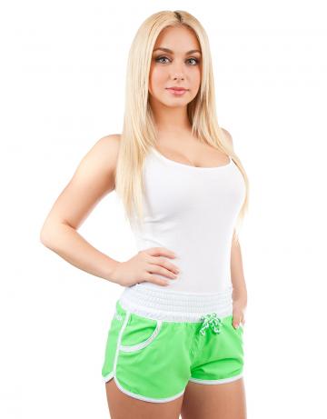 Женские пляжные шорты Women SolidЖенские шорты<br>Шорты пляжные на широком эластичном поясе со шнурком. Спереди  расположены карманы. Шорты декорированы вышивкой.<br><br>Размер INT: M<br>Цвет: Зеленый