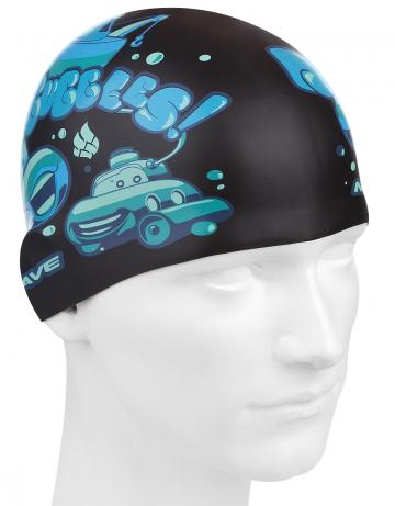 Силиконовая шапочка для плавания SUBMARINESСиликоновые шапочки<br>Юниорская силиконовая шапочка Mad Wave SUBMARINES имеет классическую форму. На шапочку нанесен логотип Mad Wave и  яркий привлекательный рисунок с подводной лодкой, который сделает вашего ребенка заметным на воде и среди купающихся людей.  Выполненная из высококачественного мягкого силикона шапочка очень эластична, не повреждает волосы и не тянет их при снятии или надевании. Изделие обеспечивает полноценную защиту от влаги и хлора. Размер шапочки рассчитан на подростков до 10-11 лет.<br><br>Цвет: Черный