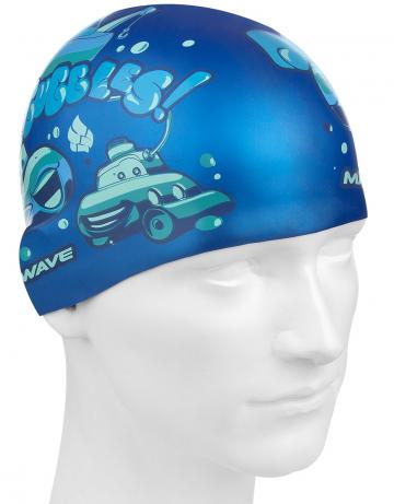 Силиконовая шапочка для плавания SUBMARINESСиликоновые шапочки<br>Юниорская силиконовая шапочка Mad Wave SUBMARINES имеет классическую форму. На шапочку нанесен логотип Mad Wave и  яркий привлекательный рисунок с подводной лодкой, который сделает вашего ребенка заметным на воде и среди купающихся людей.  Выполненная из высококачественного мягкого силикона шапочка очень эластична, не повреждает волосы и не тянет их при снятии или надевании. Изделие обеспечивает полноценную защиту от влаги и хлора. Размер шапочки рассчитан на подростков до 10-11 лет.<br><br>Цвет: Синий
