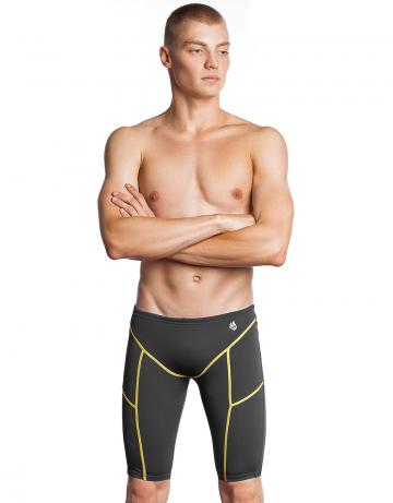 Мужские плавки джаммеры для плавания Jammer PBTДжаммеры<br>Тренировочные плавки-джаммеры идеально подойдут тем, кто плавает серьёзно и регулярно. Модель изготовлена из ткани серии Training. Изделия из этой ткани долговечны, быстро сохнут, долго держат форму, имеют очень прочную окраску. Ткань серии Training - мягкая, эластичная и приятная на ощупь, а также она в 20 раз более устойчива к воздействию хлорированной и соленой воды, чем ткань с лайкрой. Высота бокового шва - 45 см. Внутри пояса предусмотрен шнурок для надежной фиксации. Jammer PBT - прекрасный выбор для частых и долгих тренировок.   <br>ОСОБЕННОСТИ:<br><br>Дополнительная компрессия - создают дополнительную компрессию мышц бедра, повышая эффективность тренировки;<br>Улучшенное скольжение - способствуют уменьшению сопротивления воды, увеличивая скорость;<br> Ткань TRAINING - максимально долговечная, идеально держит форму, на 100% устойчива к хлору и соленой воде, быстро сохнет;<br>Низкая посадка - обеспечивает комфорт и максимальную свободу движений.<br><br>Размер INT: XL<br>Цвет: Серый