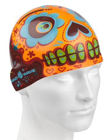 Силиконовая шапочка для плавания MexicoСиликоновые шапочки<br>Силиконовая шапочка Mad Wave Mexico изготовлена из прочного гладкого силикона. Отличается высокой эластичностью, легко надевается,  благодаря чему подходит как взрослым так и подросткам от 10 лет. Плотно облегает голову, оставляя волосы относительно сухими, при этом не электризует волосы, не тянет и не выдирает их, поэтому прекрасно подходит и для тех, кто имеет длинные волосы.   Надежно защищает волосы и кожу головы от воздействия хлорированной воды в бассейне, обеспечивает безопасность во время плавания, защищая от попадания волос в глаза и под детали очков или купальника. Яркий и необычный дизайн точно выделит вас среди остальных.<br><br>Цвет: Разноцветный