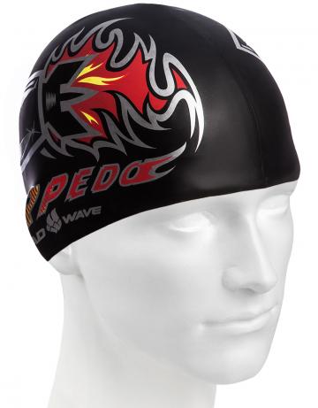 Силиконовая шапочка для плавания TORPEDOСиликоновые шапочки<br>Юниорская силиконовая шапочка Mad Wave TORPEDO имеет классическую форму.  Выполненная из высококачественного мягкого силикона шапочка хорошо тянется, не повреждает волосы и не тянет их при снятии или надевании. Изделие обеспечивает полноценную защиту от влаги и хлора. Она сохраняет высокую эластичность и яркость на протяжении всего срока службы.  На черную шапочку нанесен яркий рисунок с надписью и логотип фирмы Mad Wave. Размер шапочки рассчитан на подростков до 10-11 лет. Идеальный выбор для регулярных занятий в бассейне.<br><br>Цвет: Черный