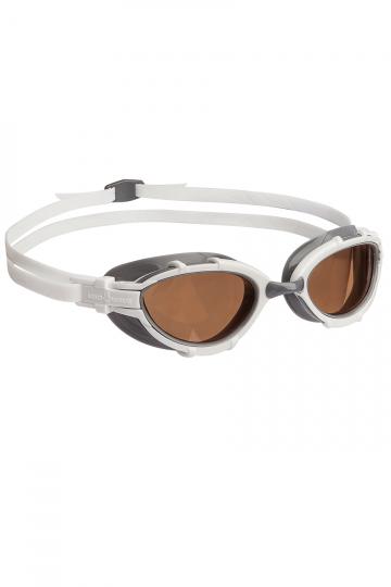 Тренировочные очки для плавания TRIATHLON PolarizeТренировочные очки<br>Очки TRIATHLON созданы специально для тренировок и соревнований по триатлону и плаванию на открытой воде. Модель имеет эргономичный обтюратор для обеспечения максимального комфорта и надежности даже при длительном использовании. В дополнение к комплексной защите от ультрафиолетового излучения и системой Антифог Ультра, очки TRIATHLON оснащены поляризационными линзами, дающими 100% защиту от солнечного света и бликов на воде.<br><br>ОСОБЕННОСТИ:<br><br><br>Для триатлона и открытой воды - очки TRIATHLON созданы специально для тренировок и соревнований по триатлону и плаванию на открытой воде;<br> Эргономичный обтюратор - обеспечивает максимальный комфорт и надежность даже при длительном использовании;<br> Система против запотевания Антифог Ультра - благодаря специальному внедрению покрытия капиллярным способом, эта система навсегда устраняет проблему запотевающих линз;<br>Поляризационные линзы - 100% защита от солнечного света и бликов на воде.<br><br>Цвет: Белый