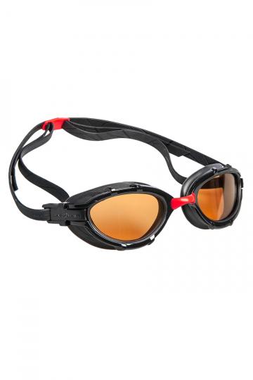 Тренировочные очки для плавания TRIATHLON PolarizeТренировочные очки<br>Очки TRIATHLON созданы специально для тренировок и соревнований по триатлону и плаванию на открытой воде. Модель имеет эргономичный обтюратор для обеспечения максимального комфорта и надежности даже при длительном использовании. В дополнение к комплексной защите от ультрафиолетового излучения и системой Антифог Ультра, очки TRIATHLON оснащены поляризационными линзами, дающими 100% защиту от солнечного света и бликов на воде.<br><br>ОСОБЕННОСТИ:<br><br><br>Для триатлона и открытой воды - очки TRIATHLON созданы специально для тренировок и соревнований по триатлону и плаванию на открытой воде;<br> Эргономичный обтюратор - обеспечивает максимальный комфорт и надежность даже при длительном использовании;<br> Система против запотевания Антифог Ультра - благодаря специальному внедрению покрытия капиллярным способом, эта система навсегда устраняет проблему запотевающих линз;<br>Поляризационные линзы - 100% защита от солнечного света и бликов на воде.<br><br>Цвет: Черный