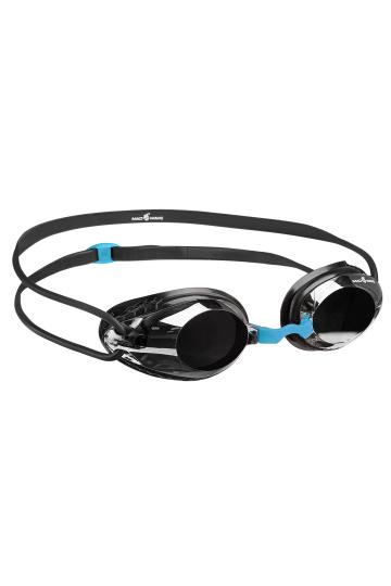 Тренировочные очки для плавания HONEY MirrorТренировочные очки<br>Очки HONEY от Mad Wave идеально подходят для регулярных тренировок в бассейне. <br>Высокий обтюратор, изготовленный с использованием оригинальной технологии BIO FIT обеспечивает надежную посадку, снижая давление на область вокруг глаз и не оставляя на ней следов, что позволяет пользоваться очками даже длительное время с максимальным комфортом. Двойной силиконовый ремешок со специальной клипсой для регулировки позволит надежно зафиксировать очки. Зеркальные линзы с защитой UV защищают глаза от вредного ультрафиолетового излучения, позволяя использовать очки также для заплывов на открытой воде, а покрытие от запотевания Антифог препятствует конденсации влаги на линзах. Очки имеют в комплекте 3 сменные носовые перемычки, что дает возможность адаптировать модель под индивидуальные особенности строения лица конкретного человека.<br><br>ОСОБЕННОСТИ:<br><br><br>Зеркальное покрытие линз - усовершенствованный дизайн и дополнительная защита от бликов;<br>Удобный и эргономичный обтюратор - обеспечивает максимальный комфорт и надежность даже при длительном использовании;<br>Обтюратор BIO FIT - очки надежно фиксируются, не оставляя следов вокруг глаз после использования;<br>3 сменные носовые перемычки - очки подходят для любого типа лица;<br>Защита UV - надежная защита от ультрафиолета;<br>Покрытие Антифог - надежная защита от запотевания.<br><br>Цвет: Черный