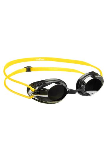 Тренировочные очки для плавания HONEY MirrorТренировочные очки<br>Очки HONEY от Mad Wave идеально подходят для регулярных тренировок в бассейне. <br>Высокий обтюратор, изготовленный с использованием оригинальной технологии BIO FIT обеспечивает надежную посадку, снижая давление на область вокруг глаз и не оставляя на ней следов, что позволяет пользоваться очками даже длительное время с максимальным комфортом. Двойной силиконовый ремешок со специальной клипсой для регулировки позволит надежно зафиксировать очки. Зеркальные линзы с защитой UV защищают глаза от вредного ультрафиолетового излучения, позволяя использовать очки также для заплывов на открытой воде, а покрытие от запотевания Антифог препятствует конденсации влаги на линзах. Очки имеют в комплекте 3 сменные носовые перемычки, что дает возможность адаптировать модель под индивидуальные особенности строения лица конкретного человека.<br><br>ОСОБЕННОСТИ:<br><br><br>Зеркальное покрытие линз - усовершенствованный дизайн и дополнительная защита от бликов;<br>Удобный и эргономичный обтюратор - обеспечивает максимальный комфорт и надежность даже при длительном использовании;<br>Обтюратор BIO FIT - очки надежно фиксируются, не оставляя следов вокруг глаз после использования;<br>3 сменные носовые перемычки - очки подходят для любого типа лица;<br>Защита UV - надежная защита от ультрафиолета;<br>Покрытие Антифог - надежная защита от запотевания.<br><br>Цвет: Желтый