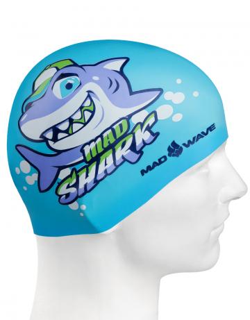 Силиконовая шапочка для плавания MAD SHARKСиликоновые шапочки<br>Юниорская силиконовая шапочка Mad Wave MAD SHARK  имеет классическую форму.  Выполненная из высококачественного мягкого силикона шапочка хорошо тянется, не повреждает волосы и не тянет их при снятии или надевании. Изделие обеспечивает полноценную защиту от влаги и хлора. Она сохраняет высокую эластичность и яркость на протяжении всего срока службы.<br><br>Цвет: Голубой