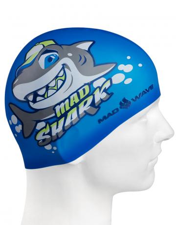 Силиконовая шапочка для плавания MAD SHARKСиликоновые шапочки<br>Юниорская силиконовая шапочка Mad Wave MAD SHARK  имеет классическую форму.  Выполненная из высококачественного мягкого силикона шапочка хорошо тянется, не повреждает волосы и не тянет их при снятии или надевании. Изделие обеспечивает полноценную защиту от влаги и хлора. Она сохраняет высокую эластичность и яркость на протяжении всего срока службы.<br><br>Цвет: Синий