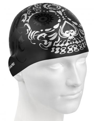 Силиконовая шапочка для плавания MASKСиликоновые шапочки<br>Силиконовая шапочка изготовлена из прочного гладкого силикона. Отличается высокой эластичностью, легко надевается,  благодаря чему подходит как взрослым так и подросткам от 10 лет. Плотно облегает голову, оставляя волосы относительно сухими, при этом не электризует волосы, не тянет и не выдирает их.   Надежно защищает волосы и кожу головы от воздействия хлорированной воды в бассейне, обеспечивает безопасность во время плавания, защищая от попадания волос в глаза и под детали очков или купальника.<br><br>Цвет: Черный