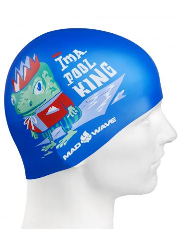 Силиконовая шапочка для плавания POOL KINGСиликоновые шапочки<br>Детская силиконовая шапочка POOL KING  - детская модель шапочки. Такая шапочка без сомнений понравится ребенку и сделает его заметным на воде издалека. Шапочка изготовлена из качественного силикона и подходит для всех видов занятий плаванием. Силикон - гипоаллергенный материал, не вызывает зуда и раздражения, а это особенно важно для чувствительной детской кожи. Шапочка сохраняет высокую эластичность и яркость на протяжении всего срока службы.<br><br>Цвет: Синий