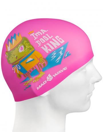 Силиконовая шапочка для плавания POOL KINGСиликоновые шапочки<br>Детская силиконовая шапочка POOL KING  - детская модель шапочки. Такая шапочка без сомнений понравится ребенку и сделает его заметным на воде издалека. Шапочка изготовлена из качественного силикона и подходит для всех видов занятий плаванием. Силикон - гипоаллергенный материал, не вызывает зуда и раздражения, а это особенно важно для чувствительной детской кожи. Шапочка сохраняет высокую эластичность и яркость на протяжении всего срока службы.<br><br>Цвет: Розовый