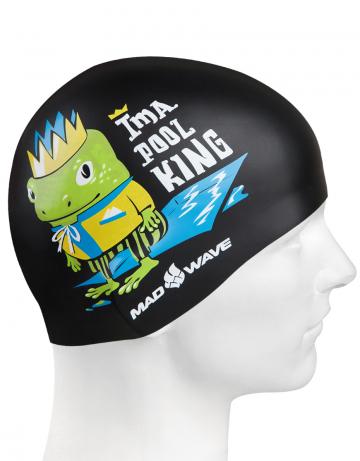Силиконовая шапочка для плавания POOL KINGСиликоновые шапочки<br>Детская силиконовая шапочка POOL KING  - детская модель шапочки. Такая шапочка без сомнений понравится ребенку и сделает его заметным на воде издалека. Шапочка изготовлена из качественного силикона и подходит для всех видов занятий плаванием. Силикон - гипоаллергенный материал, не вызывает зуда и раздражения, а это особенно важно для чувствительной детской кожи. Шапочка сохраняет высокую эластичность и яркость на протяжении всего срока службы.<br><br>Цвет: Черный