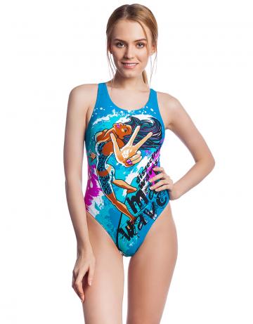 Спортивный купальник для плавания SURFСпортивные купальники<br>Купальник Surf с изображением девушки на серфе обязательно понравится энергичным и активным спортсменкам. Модель имеет средний вырез бедра и поэтому подходит для любого типа фигуры. Эргономичный крой спины Power Back придает больше свободы движения в воде. Купальник изготовлен из ткани серии BASE, имеет привлекательный вид, великолепно тянется, делает фигуру более стройной, создает дополнительную компрессию. Модель идеально подходит для спортивных тренировок и активного отдыха. <br><br><br>ОСОБЕННОСТИ:<br><br><br>Ткань BASE  - обеспечивает идеальную посадку, обладает высокой износостойкостью и улучшенными компрессионными характеристиками;<br>Крой спины Power Back  - открытая спина, спортивный эргономичный крой создает гибкость в движении и комфорт при использовании;<br> Средний вырез бедра  - подходит для любого типа фигуры, обеспечивает комфорт и свободу движений.<br><br>Размер INT: L<br>Цвет: Бирюзовый
