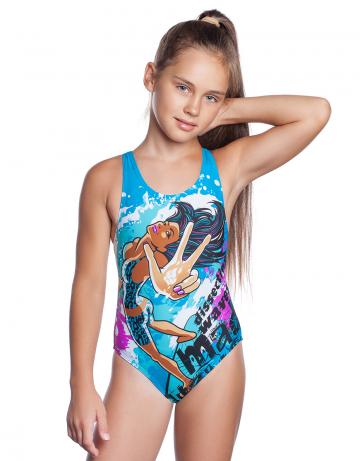 Детский купальник SURFЮниорские купальники<br>Юниорский купальник Surf с изображением девушки на серфе обязательно понравится молодым и активным спортсменкам. Модель имеет средний вырез бедра и поэтому подходит для любого типа фигуры. Эргономичный крой спины Power Back придает больше свободы движения в воде. Купальник изготовлен из ткани серии BASE, имеет привлекательный вид, великолепно тянется, делает фигуру более стройной, создает дополнительную компрессию. Модель идеально подходит для спортивных тренировок и активного отдыха. <br><br><br>ОСОБЕННОСТИ:<br><br><br>Ткань BASE  - обеспечивает идеальную посадку, обладает высокой износостойкостью и улучшенными компрессионными характеристиками;<br>Крой спины Power Back  - открытая спина, спортивный эргономичный крой создает гибкость в движении и комфорт при использовании;<br> Средний вырез бедра  - подходит для любого типа фигуры, обеспечивает комфорт и свободу движений.<br><br>Размер INT: L<br>Цвет: Бирюзовый
