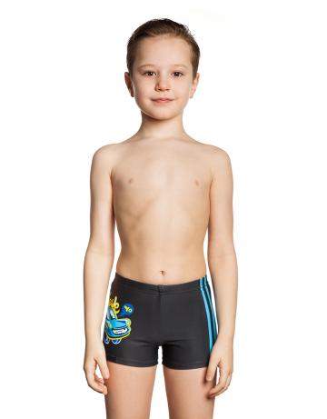 Детские плавки STRIPESПлавки для мальчиков<br>Детские плавки-шорты STRIPES - хороший выбор для спортивных тренировок или пляжного отдыха. Дизайн плавок не оставит равнодушным ни одного маленького любителя плавания, ведь все мальчики обожают машинки. Модель имеет средний уровень талии и регулируется с помощью шнурка, расположенного внутри пояса.   Плавки изготовлены из ткани серии BASE, которая имеет привлекательный вид, великолепно тянется, делает фигуру более стройной и создает дополнительную компрессию. Модель плотно облегает фигуру, не сковывая движений. Высота по боковому шву - 18 см.  <br>ОСОБЕННОСТИ:<br><br><br>Плавки-шорты -  плавки, в виде обтягивающих шорт.  Подходят для занятий в бассейне, а также для пляжного отдыха;<br>Ткань BASE - обеспечивает идеальную посадку, обладает высокой износостойкостью и улучшенными компрессионными характеристиками;<br>Высота бокового шва - 18 см;<br>Средняя посадка - обеспечивает комфорт, не сковывает движения.<br><br>Размер INT: XXS<br>Цвет: Черный
